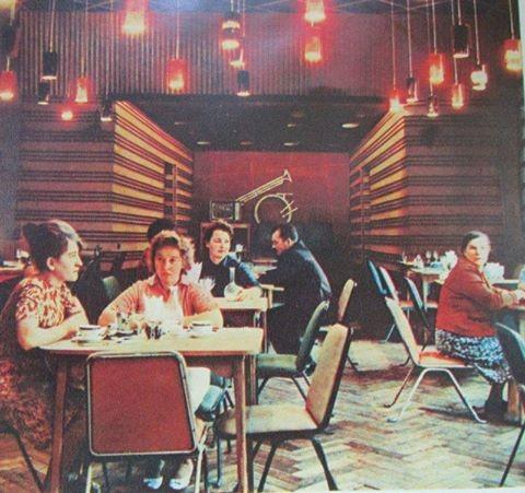 А так виглядало ззовні та всередині рівненське кафе-ресторан «Ровенчанка» на початку 60х років. Розташовувалось воно на вул. Дундича (Поштова). Вважалося у ті часи одним із кращих у місті. Фото 1965 року.
