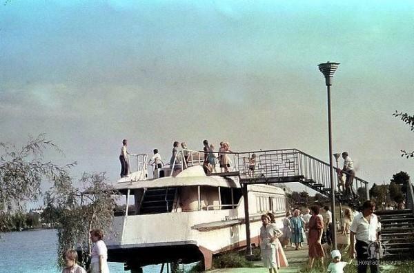 Ресторан на воді «Ракета», (Гідропарк) з'явився ще у радянський час але проіснував не довго. Корабель не зберігся.