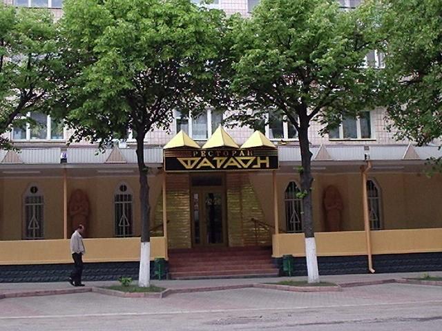 Ресторан Фараон відчинив свої двері у 1998 році. В радянський час там була пивна. Довгий час був одним з найбільш елітних ресторанів міста.